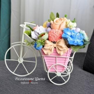 Букет от ароматизирани гипсови цветя в пластмасова кашпа поставена в декоративно колело