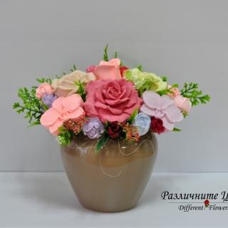Букет от ароматизирани гипсови цветя в кафява керамична кашпа
