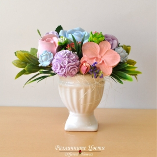 Букет от ароматизирани гипсови цветя в бяла декоративна кашпа