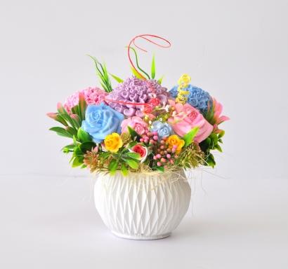 Букет с ароматизирани гипсови цветя в арт гипсова кашпа