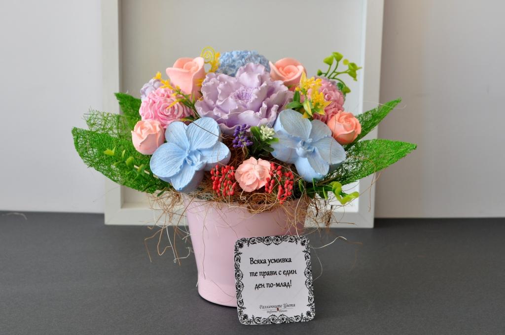 Букет с ароматизирани гипсови цветя в декоративна порцеланова  кашпа, цвят бледо розов