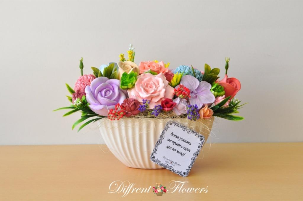 Икебана / букет от ароматизирани гипсови цветя в бяла керамична кашпа
