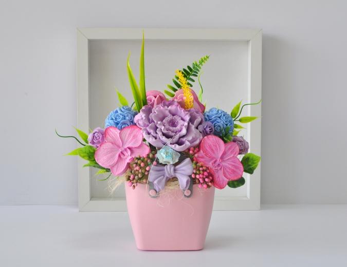 Букет от ароматизирани гипсови цветя в декоративна кошничка цвят розов