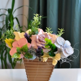 Букет от ароматизирани гипсови цветя в кашпа цвят капучино