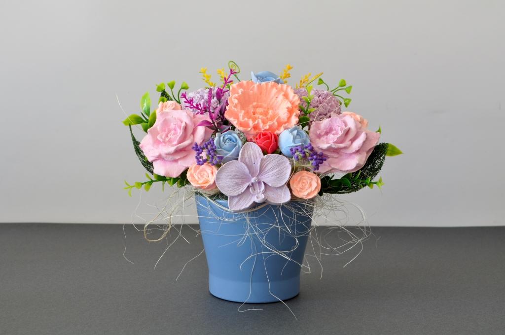Букет с ароматизирани гипсови цветя в декоративна порцеланова  кашпа, цвят син
