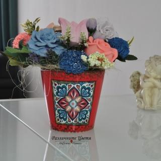 Букет от ароматизирани гипсови цветя в червена порцеланова арт кашпа