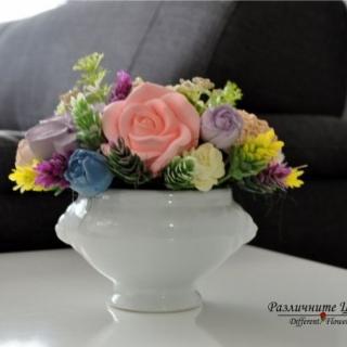 Букет от ароматизирани гипсови цветя в бяла порцеланова арт кашпа